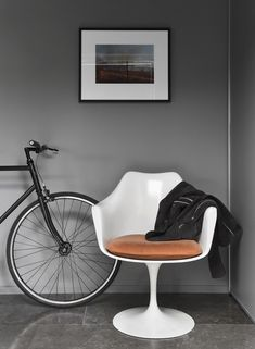 The Tulip Armchair by Eero Saarinen is a perfect example of his style. He was an essentialist, breaking a chair or a piece of furniture down to its most basic form and function, and marrying that to an equally pure design aesthetic. Living Room Chairs, Dining Chairs, Living Rooms, Sico, Tulip Chair, Tulip Table, Masculine Interior, Gravity Home, Eero Saarinen