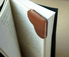 Costumes: Leather and Leatherworking – A Leather Bookmark Corner with Heart Shape Made of by TownTiger Leather Art, Leather Gifts, Leather Design, Leather Tooling, Leather Jewelry, Leather Wallet, Crea Cuir, Leather Bookmark, Leather Pattern