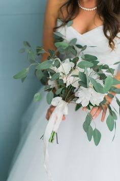 Organic eucalyptus wedding bouquet | Photography: Sarah & Paul