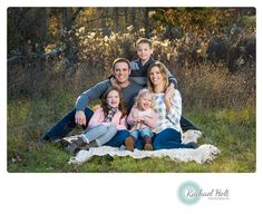 ideas for summer extended family photo clothes Summer Family Portraits, Family Portraits What To Wear, Large Family Portraits, Royal Family Portrait, Family Portrait Outfits, Extended Family Photography, Outdoor Family Portraits, Family Portrait Poses, Family Picture Poses