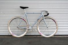 Votre cadre de vélo de course est trop abimé, vous n'aimez pas la peinture ou…