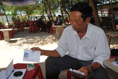 Từng làm thầy giáo, rồi phải bỏ việc làm đủ thứ nghề, ông Minh vẫn hàng ngày tự học với hy vọng thi đỗ vào ngành vật lý của ĐH Khoa học Huế....