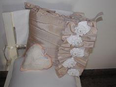 ciao a tutti questo cuscino è fatto con stoffa recuperata al mercatino dell usato e ho fatto anche un cuoricino
