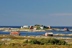 View of the ocean and coastal hamlets from a small lay-by on the local road between Vevang and Skotheimsvik at the border between Fræna and Eide municipalities. Photo: Jarle Wæhler    Photo: Jarle Wæhler