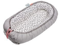 Done by Deer Nestchen grau Punkte. Dieses gemütliche Nestchen wird Ihrem Baby den Übergang von Mamas Bauch ins Babybett versüßen. Für süßen Schlummer.