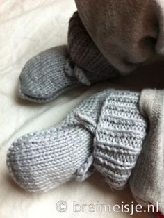 Gebreide babysokjes Blackwork, Fingerless Gloves, Arm Warmers, Crochet, Free Pattern, Slippers, Knitting, Shoes, Baby Haken