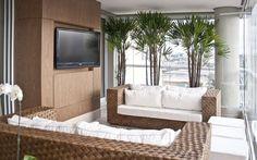 Plantas também podem ser colocadas na varanda. Cuidado apenas com a temperatura do local. Espécies como a palmeira ráfis da foto são boas opções. Foto: Divulgação