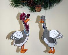 Auf diesem Bastelbogen findet ihr entzückende Gänse zum Ausscheiden als Anhänger für Weihnachten. Die Vorlage für den Baumschmuck ist wie immer kostenlos.