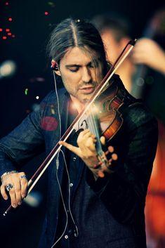 David Garrett es un violinista y modelo, hijo del alemán Georg P. Bongartz, jurista, profesor de violín y subastador del mismo instrumento, y de la bailarina estadounidense Dove Garrett.