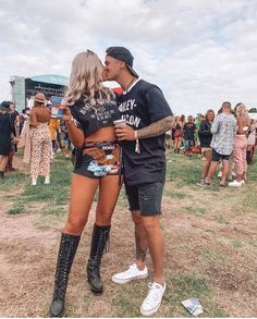 Festival festivalstyle festivalhairstyle hair beauty festivalhair positivevibes inspo hairinspo personalized ornaments sport banners blankets by hanginwithred Festival Mode, Festival Hair, Festival Looks, Coachella Festival, Rave Festival, Festival Makeup, Festival Dress, Couple Outfits, Rave Outfits