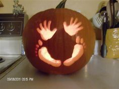 Cute pumpkin carving idea for baby's Halloween, or a fall baby shower! Halloween Bebes, Theme Halloween, Baby First Halloween, Holidays Halloween, Halloween Pumpkins, Halloween Crafts, Holiday Crafts, Holiday Fun, Halloween Decorations