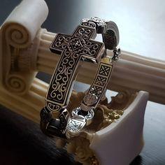 Link Bracelets, Bracelets For Men, Silver Bracelets, Sterling Silver Cross Pendant, 925 Silver, Crow Skull, Engraved Bracelet, Bracelet Designs, Hand Carved