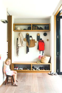 Good entrance in a seaside home in Australia. Two storage blocks utilized in two alternative ways, shelf and bench with built-in shoe house! Romantic Home Decor, Hippie Home Decor, Unique Home Decor, Cheap Home Decor, Living Room Furniture Layout, Living Room Pillows, Living Room Interior, Interior House Colors, Beautiful Houses Interior