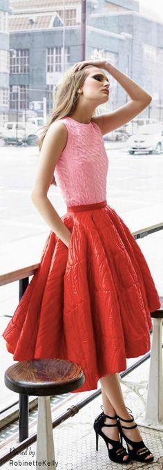 Silueta reloj de arena: La falda con volumen y ruedo amplio, esta centra la atención en la cintura. Color: combinación armónica, rosado y rojo . Morfología: ideal para las tipo rectángulo.
