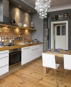 küche gestalten holzboden ziegelwand weiße küchenschränke leuchter