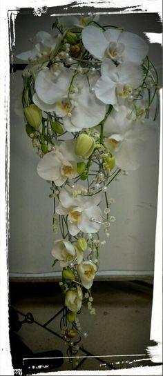 Lekker,hvit phalanopsis og liljekonvall bukett, laget på aluminium tråd, dekorert med perler - design ingunngrimsby