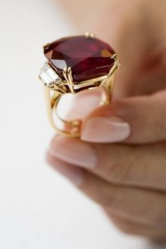 Chumet Ruby Ring from Christie's Auction House, 2012 (via Getty images) ruby jewelry Ruby Jewelry, Gold Jewelry, Jewelry Rings, Jewelery, Vintage Jewelry, Jewelry Accessories, Fine Jewelry, Jewelry Design, Wedding Jewelry