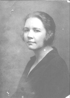 Rose Wilder Lane, Trabajó de reportera para el San Francisco Bulletin, y viajó por todo el mundo haciendo reportajes de investigación, y sobre todo escribió libros biográficos y de ficción. Destaca la primera biografía que se escribió de Herbert Hoover en 1920, que permitiría a Rose mantener una buena amistad con el presidente de los EEUU