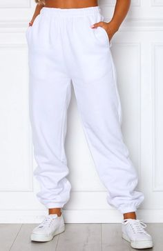 Shanti Sweatpants White Description- White High Waisted Sweatpants- Elasticated Waistband and Ankles- Side Pockets- Super Soft Fabric- Fleece Over-size TrackpantsFabricationCotton/PolyesterSizingModel is a Size 06 (XS) & is wearing a Size XSModel is Tall Cute Lazy Outfits, Sporty Outfits, Girly Outfits, Trendy Outfits, Cool Outfits, Fashion Outfits, Cute Sweatpants Outfit, Cute Pants, Baggy Sweatpants