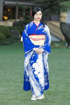 Vibrant Blue Furisode with Tiny White Flowers and Crescent Moons Kimono Japan, Japanese Kimono, Japanese Girl, Blue Kimono, Kimono Style, Kimono Fashion, India Fashion, Japan Fashion, Japan Spring