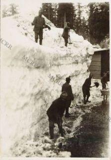 Sgombero di neve sul Monte Nero