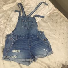 Hollister short overalls size small Size small never worn short overalls Hollister Shorts Jean Shorts