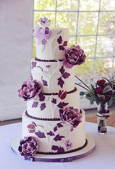 Torta para matrimonio de estilo Peony. Todo el mundo ama una buena paleta con colores púrpura para las bodas. El Chef Erin Schaefgen cubrió los cuatro niveles de la torta con crema de mantequilla de merengue suizo. Luego creó peonías púrpura intrincados con la pasta de azúcar. Cada pétalo está pintado a mano en un tono diferente al púrpura, todo diseñado para que coincida con la invitación de la boda de la pareja. #CentroChefPeru