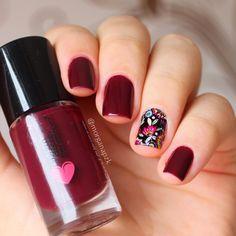 Red nails. Polish. Flowers nail art. Nail design. Polishes. Polish. By @Morgana Piazenski Unhas: Vinhito da Quem Disse, Berenice? + Adesivo da Lu