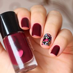 Red nails. Polish. Flowers nail art. Nail design. Polishes. Polish. By @Morgana Piazenski Unhas: Vinhito da Quem Disse, Berenice? + Adesivo da Lu