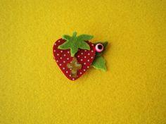 Χειροποίητο μαρτυρικό που αποτελείται από διακοσμητική φράουλα από τσόχα, ματόχαντρο και χρυσαφί σταυρό.