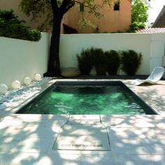 Piscine 5x3 mètre type mini piscine avec liner gris foncé, filtration sans canalisation PFI. Bain de soleil ALOHA, coffre de rangement TAO, luminaire GLOB.