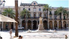La Plaza de la Villa está situada en el centro de la ciudad. Es de planta rectangular y tiene porches en dos de las caras mayores. Es atravesada por dos calles a los lados menores. Las fachadas ... La actual Plaza de la Villa ocupa un espacio donde antes...