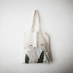The rope to be used for making knitting bags varies according to the mesh bag models. Best Tote Bags, Diy Tote Bag, Diy Bag Painting, Doodle Bags, Drawing Bag, Eco Friendly Bags, Personalized Tote Bags, Reusable Bags, Cotton Bag