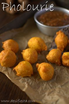 Pholourie is a deep fried spicy chickpea snack which is a very famous street foo. Trinidadian Recipes, Guyanese Recipes, Brownies, Trini Food, Cream Puff Recipe, Japanese Street Food, Island Food, Island Cake, Kitchens