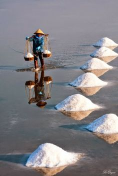 Trabajador de la sal en Vietnam.