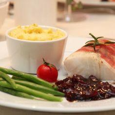 Ovnsbakt torsk med karamellisert løk og mandelpotetpure