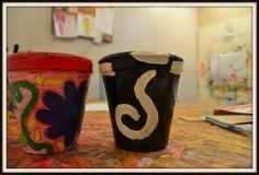+ macetas !!!! Travel Mug, Mugs, Tableware, Home Workshop, Painted Flower Pots, Dinnerware, Cups, Dishes, Mug