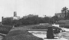 Aspecto de parte de las baterías de costa Balanzar y Soledad antes de convertirse en el Paseo de Santa Bárbara. De fondo, aparece en lo que hoy es el Reina Sofía, la torre del edificio del antiguo Gobierno Militar de Cádiz. Costa, Cadiz, Walks, Towers, Buildings, Parts Of The Mass, Loneliness