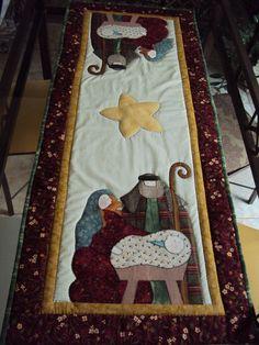 Trilho de Natal confeccionado em tecido nacional e importado. Manta acrílica no interior. Aplicado e quiltado à mão. Com 56 cm de largura 116 cm de comprimento.Consulte outras cores e motivos. R$140,00