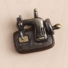 Μπομπονιέρα μαγνητάκι ρετρό ραπτομηχανή.  Διάστ.:4x3cm  Η τιμή αφορά έτοιμη δεμένη μπομπονιέρα με κουφέτα Χατζηγιαννάκη & τούλι .  Προτίνετε για βάπτιση με vintage θέμα.