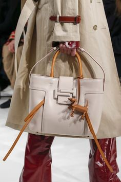 The complete Tod's Fall 2018 Ready-to-Wear fashion show now on Vogue Runway. My Bags, Purses And Bags, Leather Purses, Leather Handbags, Tods Bag, Latest Bags, Bags 2018, Hermes Handbags, Beautiful Bags