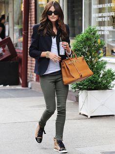 Con este look de calle nos da toda una lección: cómo ir elegante en zapatillas de deporte.