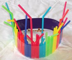 Here are some DIY straw craft assortments for both boys and girls that you cannot resist. Go for various melted straw crafts that you would not believe can make some unique creations. Diy Straw Crafts, Fun Arts And Crafts, Kid Crafts, Rainbow Crafts Preschool, Blog Da Tia Ale, Diy Party Hats, Fireworks Art, Silly Hats, Diy Back To School