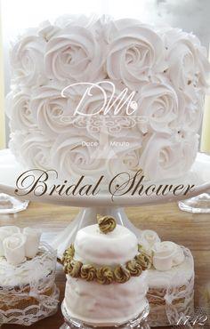 Bolo delicadamente decorado em branco total, Mini-Bolo de Pão de Mel com detalhes em dourado e ao fundo, Cupcakes em renda. Bridal Shower