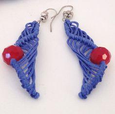Orecchini fatti  a mano a macramè blu con perline di morenamacrame