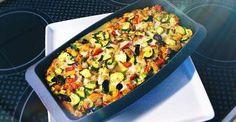 Es geht doch nichts über einen reichhaltigen, herzhaften und super-leckeren Gemüse-Auflauf, oder? Diese Version kommt mit Hähnchen, Bohnen und Ei daher!