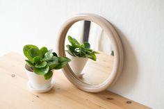Retro ronde spiegel - Vintage round mirror Round Mirrors, Retro, Plants, Rustic, Plant, Planting, Planets, Mid Century