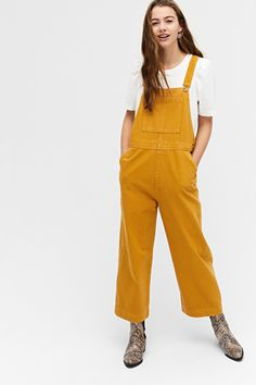 Get comfy in these mustard yellow dungarees with a relaxed fit and adjustable shoulder straps. In a cropped style so you can really show off your shoe game. Mustard Yellow Outfit, Yellow Jeans, Dungarees Outfits, Denim Dungarees, Mustard Fashion, Yellow Jumpsuit, Yellow Clothes, Curvy Women Fashion, Maxis