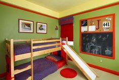 cuarto infantil con literas y pared verde lima