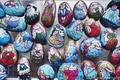 Színpompás talizmánok, kavicsokra festett (kóbor) angyalok Mariannától   Életszépítők Rock Art, Easter Eggs, Diy Crafts, Art Therapy, Color, Rocks, School, Cave Painting, Make Your Own